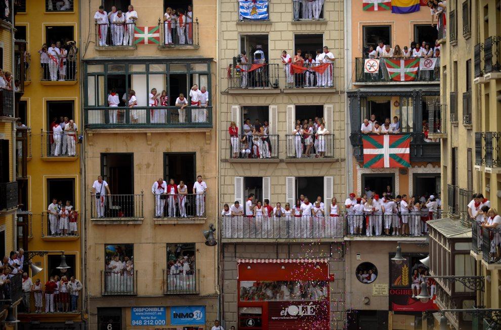 2.HISZPANIA, Pampeluna, 6 lipca 2012: Rozpoczęcie uroczystości ku czci św. Fermina przed ratuszem w Pampelunie. AFP PHOTO/Pedro ARMESTRE