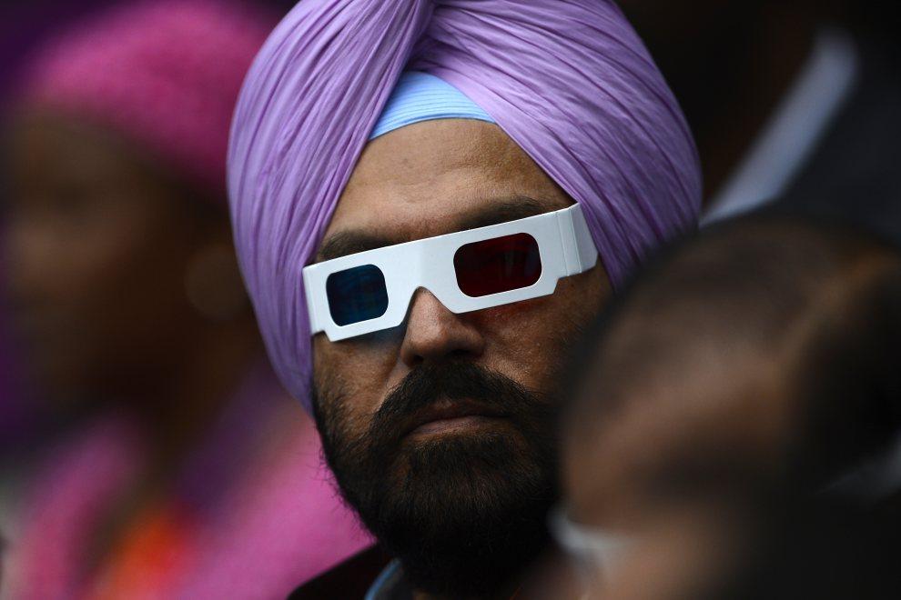 2.WIELKA BRYTANIA, Londyn, 27 lipca 2012: Mężczyzna w okularach czeka na rozpoczęcie ceremonii otwarcia. AFP PHOTO / ADRIAN DENNIS