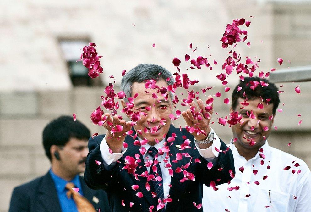 2.INDIE, New Delhi, 11 lipca 2012: Premier Singapuru, Lee Hsien Loong, przed pomnikiem  Mahatmy Gandhiego. AFP PHOTO / Prakash SINGH