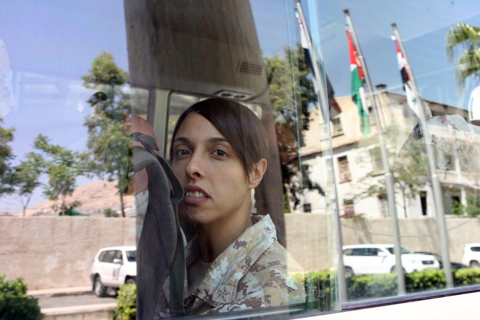 2.SYRIA, Damaszek, 16 maja 2012: Obserwatorka ONZ wyrusza z hotelu na miejsce ataku na konwój sił rozjemczych ONZ. AFP PHOTO/LOUAI BESHARA