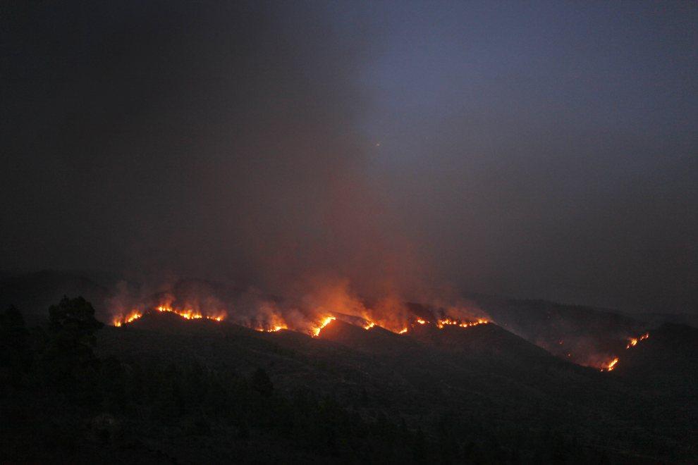 2.HISZPANIA, Teneryfa, 18 lipca 2012: Ogień rozprzesrrzenijący się w lasach na Teneryfie. AFP PHOTO/Desiree Martin