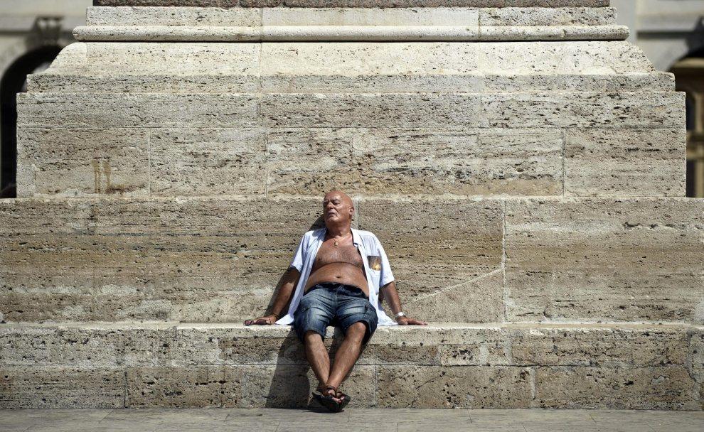 2.WŁOCHY, Rzym, 1 lipca 2012: Mężczyzna odpoczywający na Piazza del Popolo. EPA/GUIDO MONTANI Dostawca: PAP/EPA.