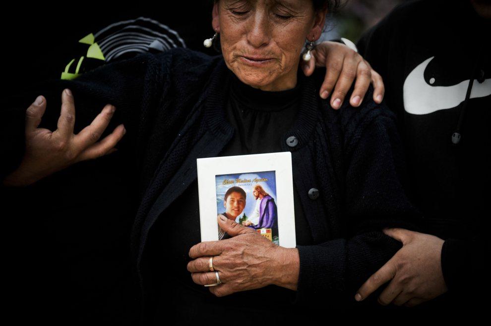 30.PERU, Celendin, 6 lipca 2012: Bliscy pocieszają matkę Cesara Medina Aguilar (17 lat), który zginął w trakcie protestów górników. AFP PHOTO/ERNESTO BENAVIDES