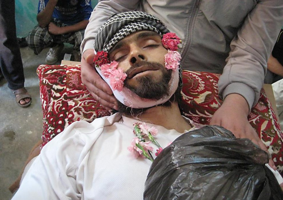 30.SYRIA, Busra Al-Sham, 9 czerwca 2012: Pogrzeb mężczyzny zabitego w trakcie ataku sił rządowych. AFP PHOTO/HO
