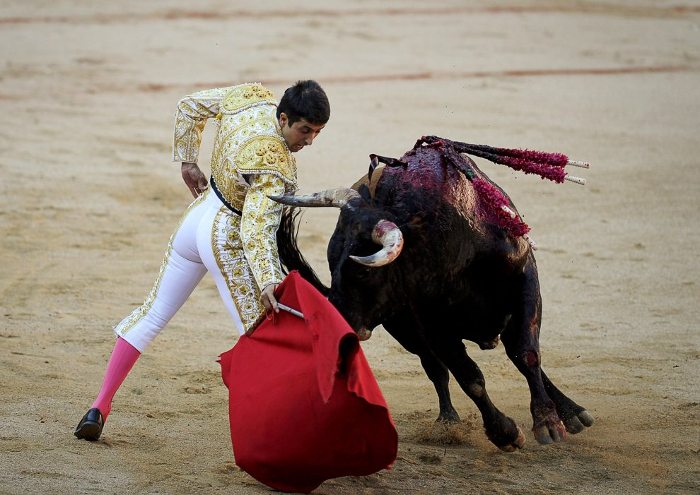 30.HISZPANIA, Pampeluna, 8 lipca 2012: Matador Rafaelillo, w trakcie walki na arenie. AFP PHOTO/Pedro ARMESTRE