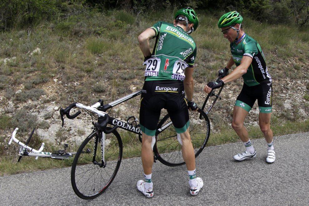 34.FRANCJA, Foix, 15 lipca 2012: Thomas Voeckler (po prawej) pomaga koledze z zespołu. AFP PHOTO / JOEL SAGET