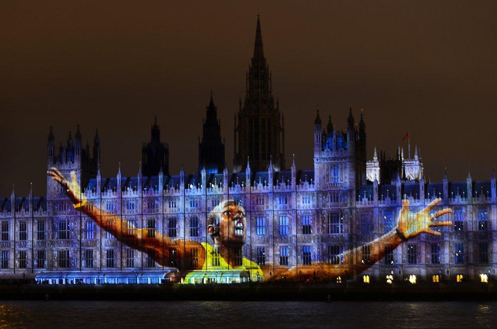 31.WIELKA BRYTANIA, Londyn, 27 lipca 2012: Wizerunek Usaina Bolta wyświetlany na budynku Parlamentu. AFP PHOTO/LUIS ACOSTA