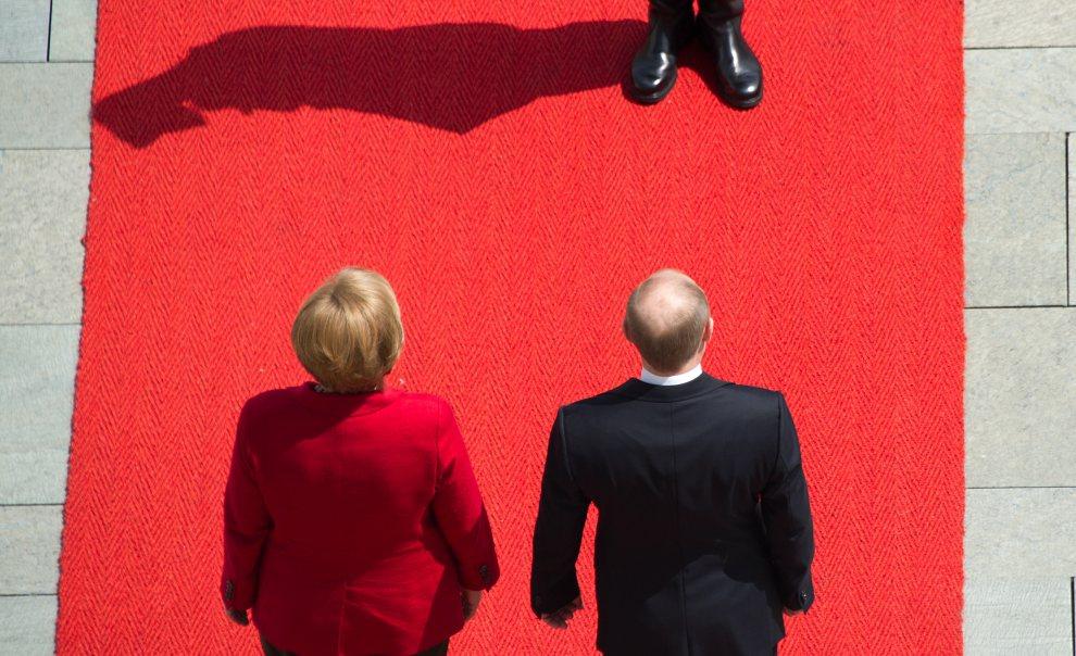 31.NIEMCY, Berlin, 1 czerwca 2012: Prezydent Władimir Putin (po prawej) i kanclerz Angela Merkel  przed rozpoczęciem spotkania w sprawie sytuaji w Syrii. AFP PHOTO / JOHANNES EISELE