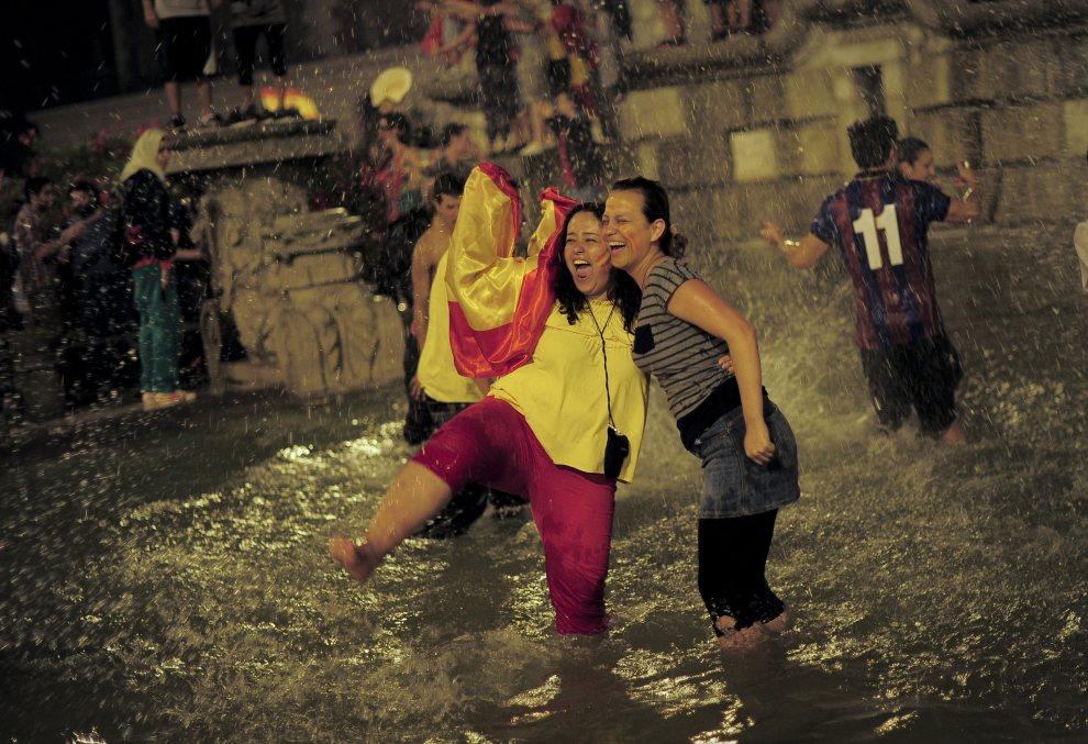 31.HISZPANIA, Barcelona, 2 lipca 2012: Hiszpańscy kibice cieszą się ze zwycięstwa w meczu finałowym. AFP PHOTO/ JOSEP LAGO