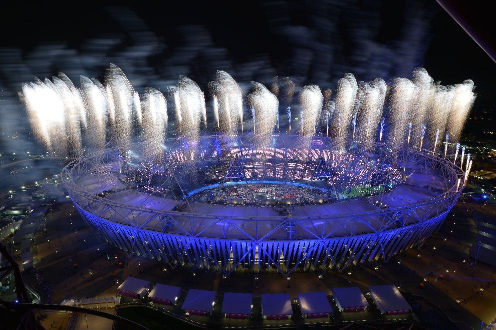 32.WIELKA BRYTANIA, Londyn, 27 lipca 2012: Widok na stadion olimpijski rozświetlony sztucznymi ogniami. AFP PHOTO / ALBERTO PIZZOLI