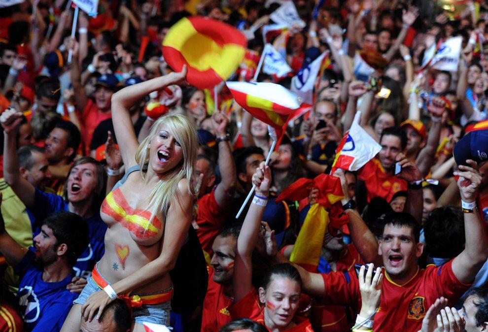 32.HISZPANIA, Madryt, 1 lipca 2012:  Hiszpańscy kibice cieszą się ze zwycięstwa w meczu finałowym. AFP PHOTO/DOMINIQUE FAGET