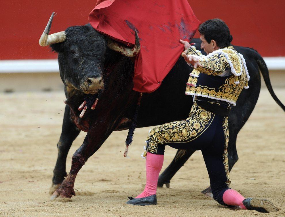 32.HISZPANIA, Pampeluna, 7 lipca 2012: Matador Joselillo mija byka podczas walki. AFP PHOTO / ANDER GILLENEA