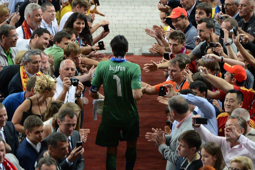 33.UKRAINA, Kijów, 1 lipca 2012: Gianluigi Buffon (Włochy) żegnany przez kibiców po przegranym meczu finałowym. AFP PHOTO / JEFF PACHOUD