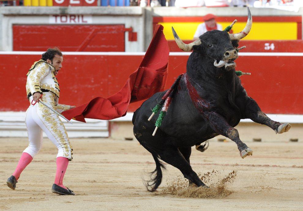 33.HISZPANIA, Pampeluna, 7 lipca 2012: Antonio Ferrera  walczy z bykiem drugie dnia uroczystości. AFP PHOTO / ANDER GILLENEA