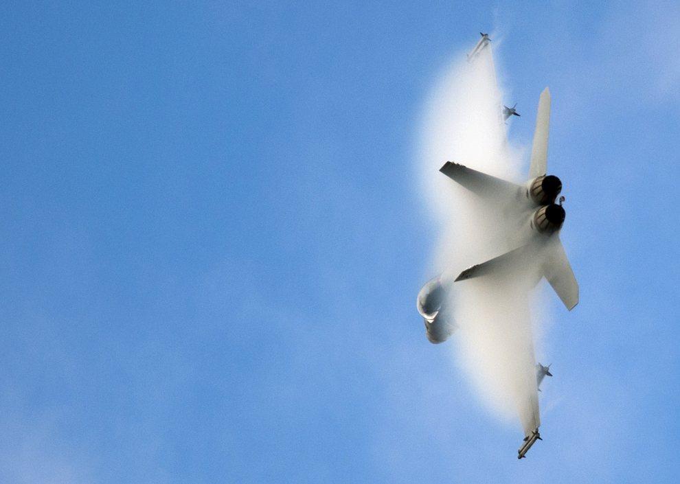 34.WIELKA BRYTANIA, Farnborough, 10 lipca 2012: Myśliwsko-szturmowy F-18 w trakcie pokazu lotniczego. AFP PHOTO / ADRIAN DENNIS