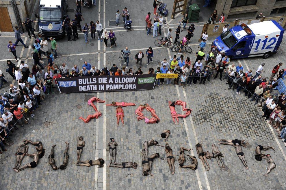 34.HISZPANIA, Pampeluna, 5 lipca 2012: Członkowie PETA protestują przeciw walkom z udziałem byków. AFP PHOTO/Rafa Rivas