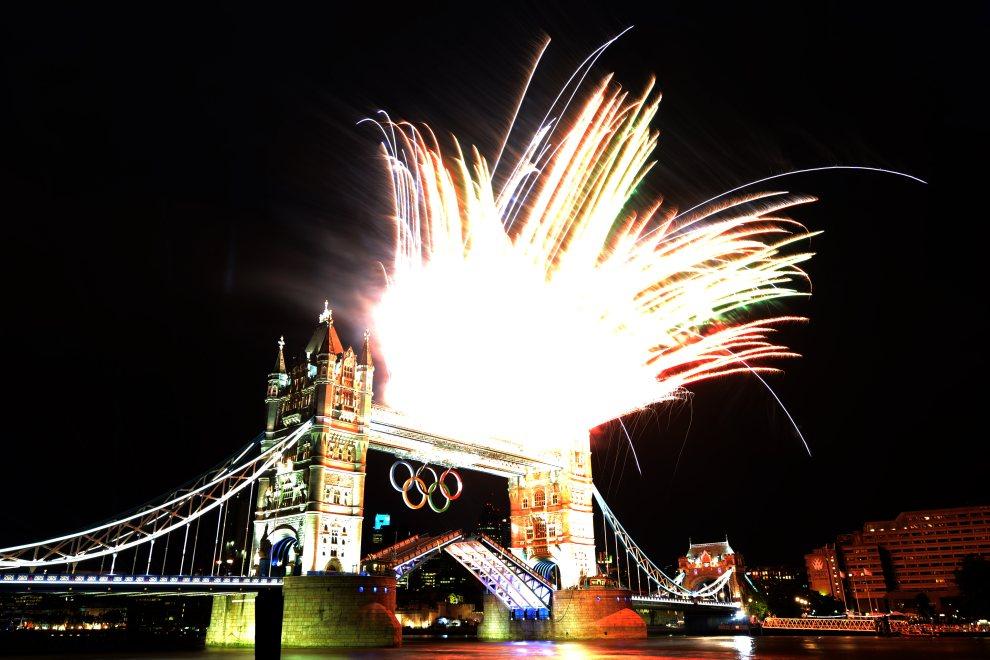 35.WIELKA BRYTANIA, Londyn, 27 lipca 2012: Pokaz sztucznych ogni nad Tower Bridge. AFP PHOTO / KIRILL KUDRYAVTSEV