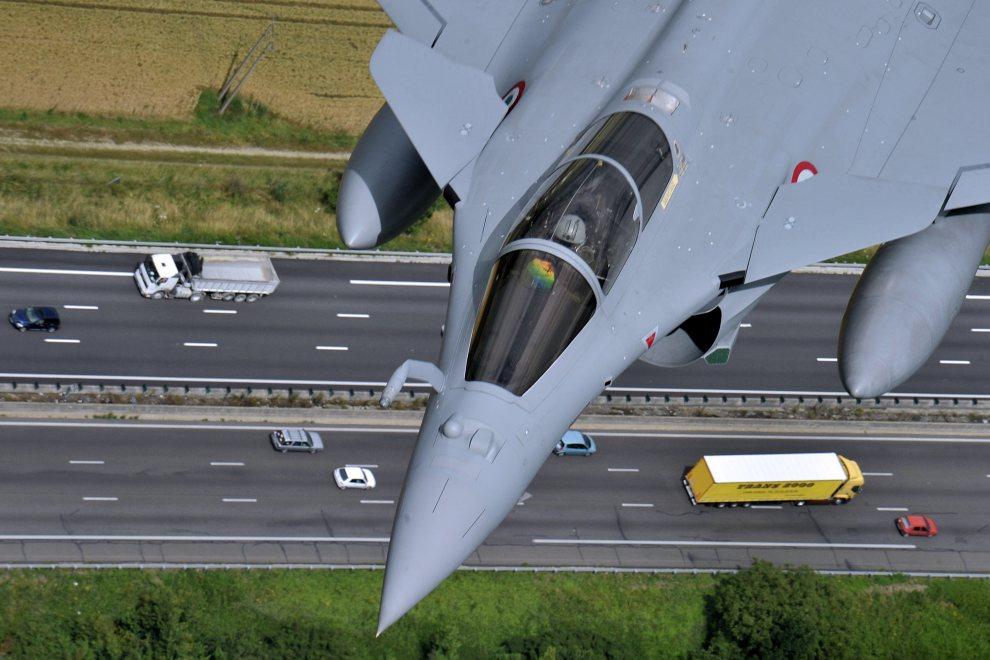 35.FRANCJA, Paryż, 9 lipca 2012: Wielozadaniowy samolot myśliwski Dassault Rafale w trakcie tankowania w powietrzu. AFP PHOTO / BORIS HORVAT