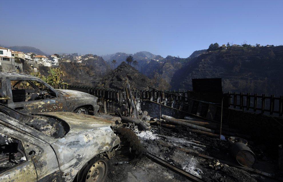 35.PORTUGALIA, Santa Cruz, 20 lipca 2012: Samochody zniszczone przez pożar szalejący w okolicach Santa Cruz. AFP PHOTO / MIGUEL RIOPA