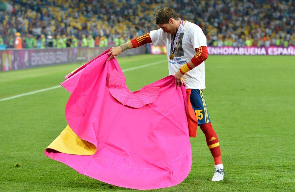 36.UKRAINA, Kijów, 1 lipca 2012: Sergio Ramos (Hiszpania) świętuje zdobycie tytułu Mistrzów Europy. AFP PHOTO / GABRIEL BOUYS