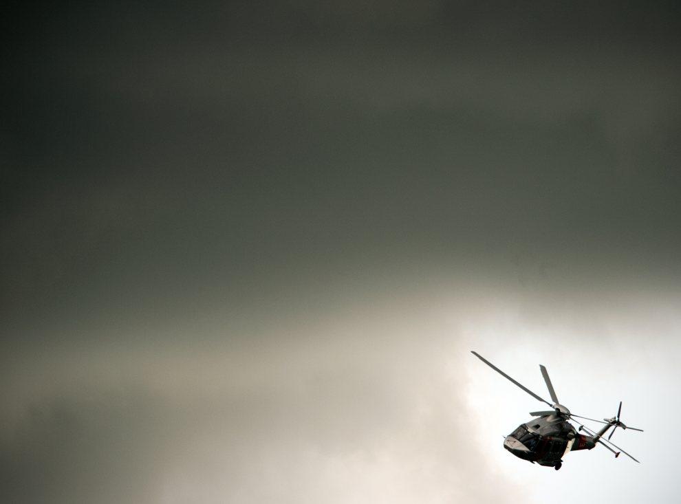 36.WIELKA BRYTANIA, Farnborough, 11 lipca 2012: Śmigłowiec AgustaWestland  przelatuje przez chmury podczas pokazu lotniczego. AFP PHOTO / ADRIAN DENNIS