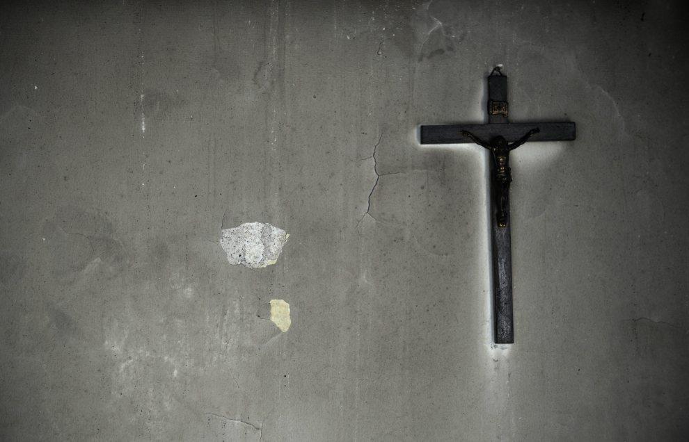 36.PORTUGALIA, Camacha, 20 lipca 2012: Krzyż na ścianie spalonego domu w  Camacha. AFP PHOTO / MIGUEL RIOPA
