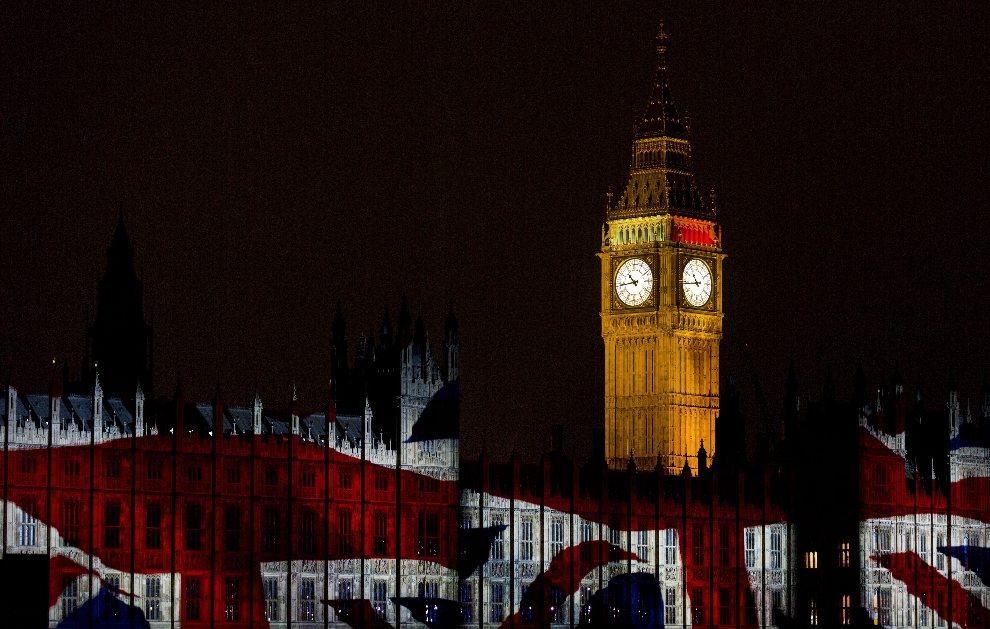 36.WIELKA BRYTANIA, Londyn, 27 lipca 2012: Flaga Wielkiej Brytanii wyświetlona na murach Opactwa Westminsterskiego. EPA/Rolf Vennenbernd Dostawca: PAP/EPA