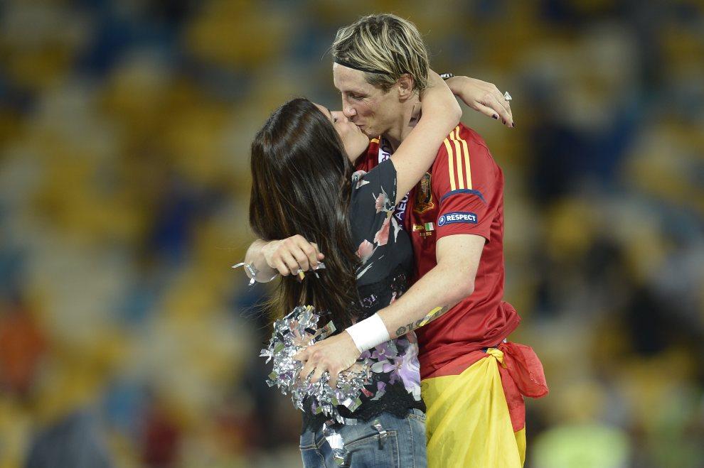 37.UKRAINA, Kijów, 1 lipca 2012: Fernando Torres (Hiszpania) całuje swoją dziewczynę po zwycięstwie w meczu finałowym. AFP PHOTO / FILIPPO MONTEFORTE