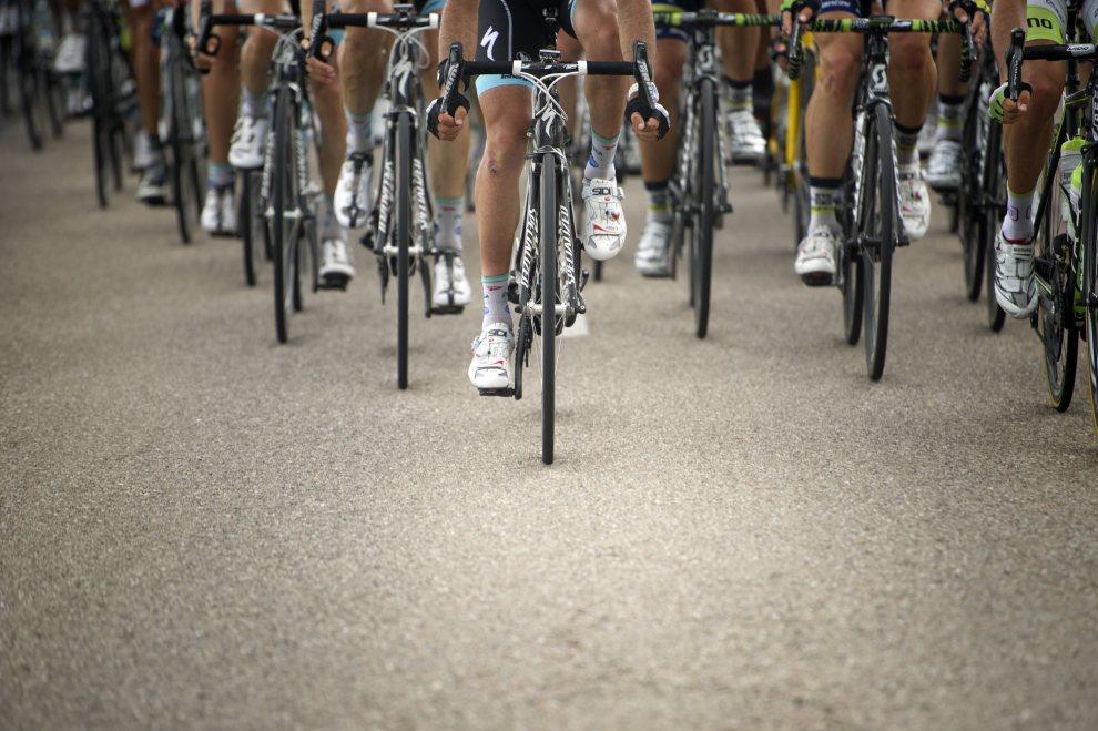 38.FRANCJA, Metz, 6 lipca 2012: Czoło peletonu na trasie szóstego etapu Tour de France. AFP PHOTO / LIONEL BONAVENTURE