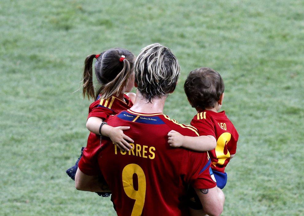 38.UKRAINA, Kijów, 1 lipca 2012: Fernando Torres (Hiszpania) z dwójka dzieci na rękach. Dostawca: PAP/EPA.
