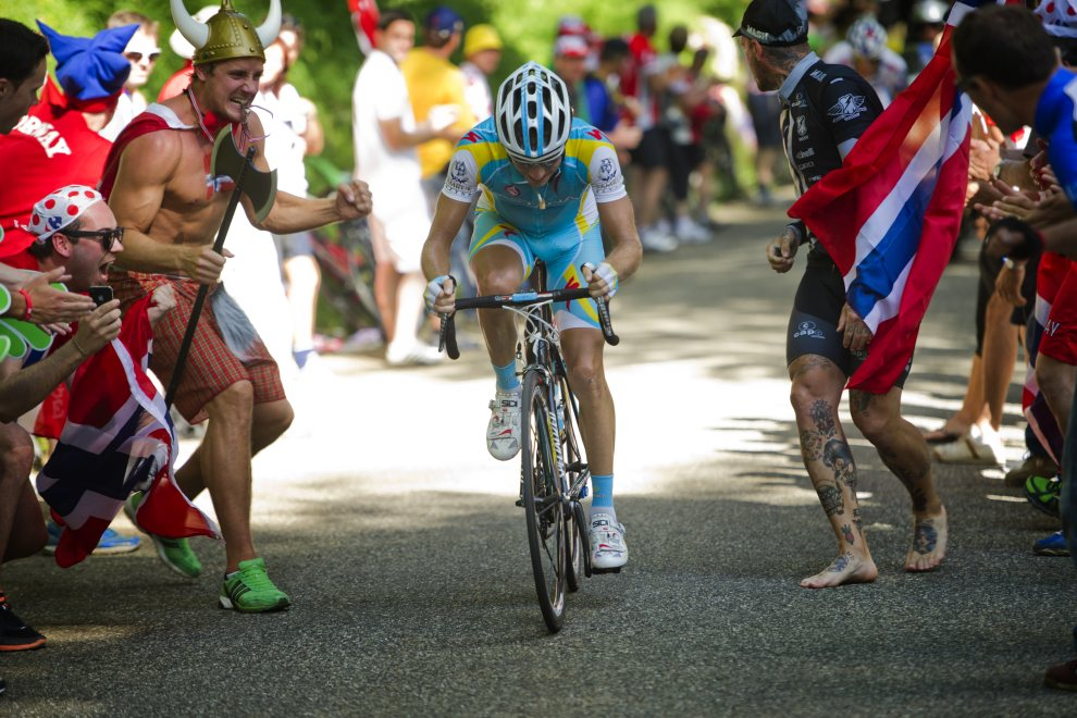 42.SZWAJCARIA, Porrentruy, 8 lipca 2012: Kibice dopingują Frederika Kessiakoffa. AFP PHOTO / LIONEL BONAVENTURE