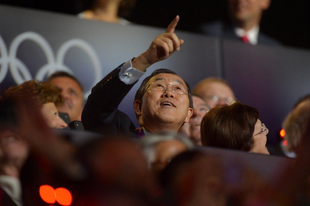 3.WIELKA BRYTANIA, Londyn, 27 lipca 2012: Sekretarz generalny ONZ Ban Ki-moon gestykuluje w kierunku nieba. AFP PHOTO / ODD ANDERSEN
