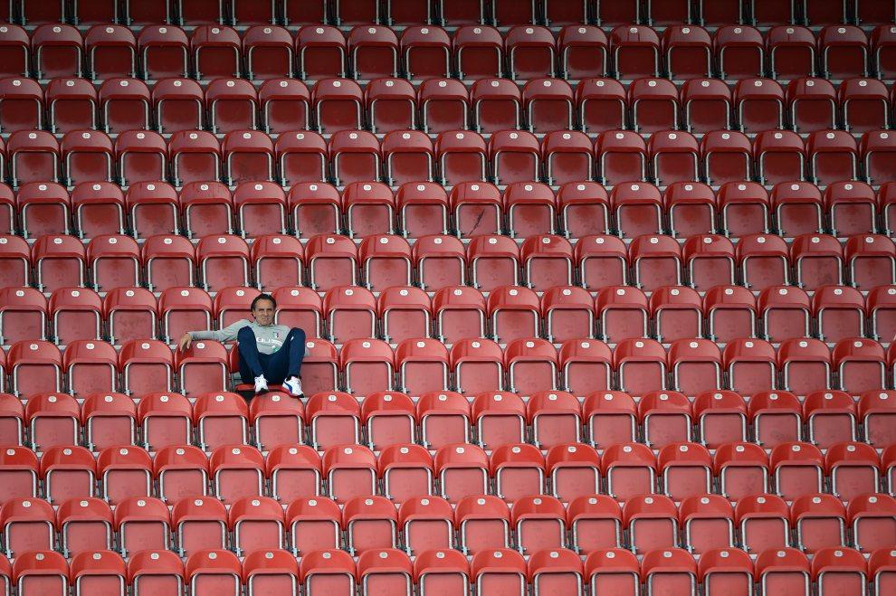 3.POLSKA, Kraków, 19 czerwca 2012: Trener reprezentacji Włoch, Cesare Prandelli,  na trybunach podczas treningu jego zespołu. AFP PHOTO / ANNE-CHRISTINE   POUJOULAT