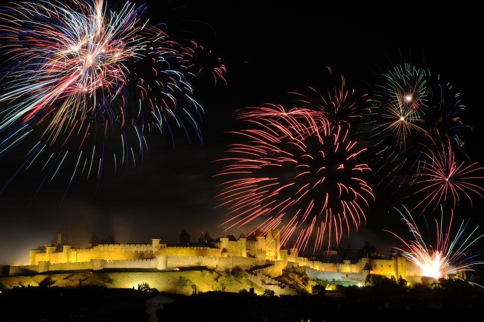 3.FRANCJA, Carcassonne, 14 lipca 2012: Pokaz sztucznych ogni z okazji Dnia Bastylii. AFP PHOTO / ERIC CABANIS