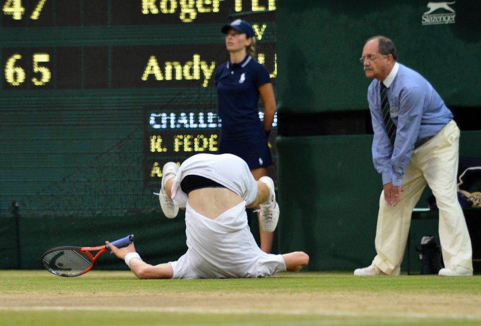 42.WIELKA BRYTANIA, Wimbledon, 8 lipca 2012: Upadek  Andy Murray'a podczas finału turnieju na kortach  Wimbledonu. AFP PHOTO / LEON NEAL