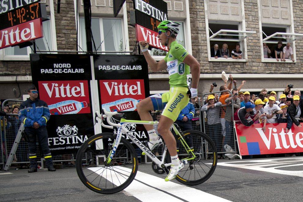 47.FRANCJA, Boulogne-sur-Mer, 3 lipca 2012: Peter Sagan cieszy się ze zwycięstwa w etapie. AFP PHOTO / NATHALIE MAGNIEZ