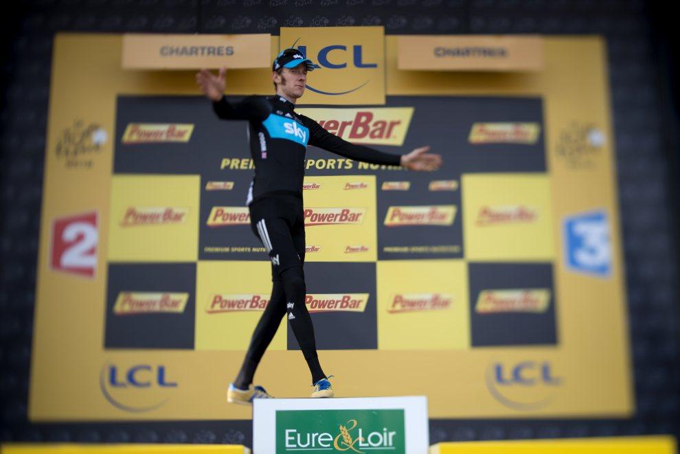 48.FRANCJA, Chartres, 21 lipca 2012: Bradley Wiggins na podium, po zwycięstwie na 19. etapie Tour de France. AFP PHOTO / JEFF PACHOUD