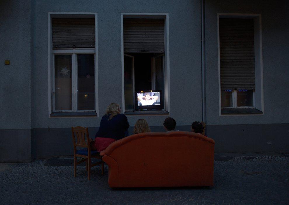 4.NIEMCY, Berlin, 9 czerwca 2012: Kibice oglądają mecz pomiędzy reprezentacjami Niemiec i Portugalii. AFP PHOTO / JOHANNES EISELE