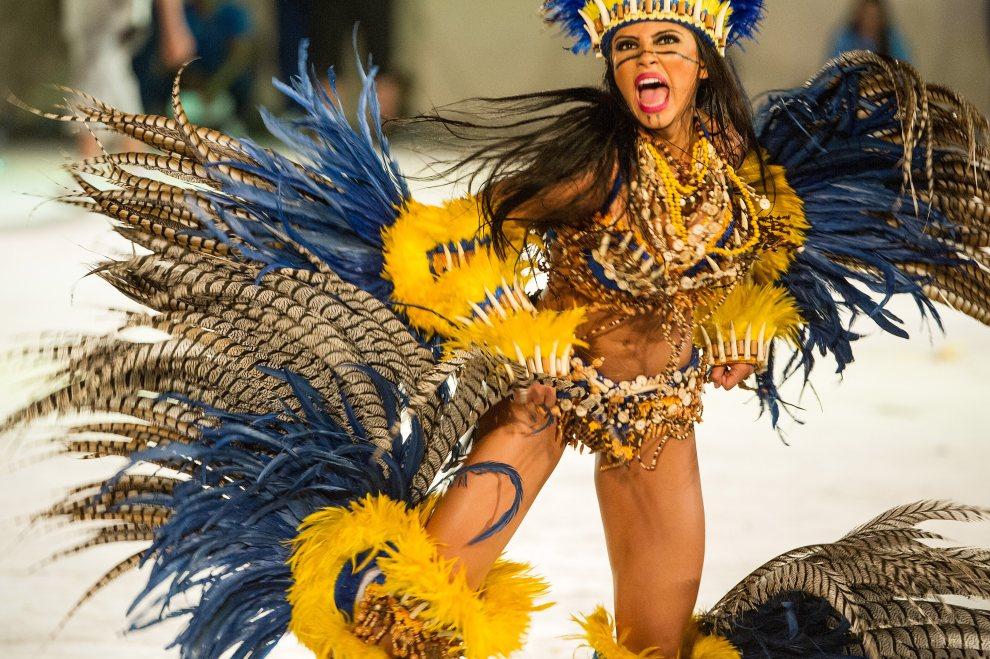 4.BRAZYLIA, Parintins, 11 lipca 2012: Uczestniczka festiwalu  Boi Bumba w trakcie występu. AFP PHOTO/YASUYOSHI CHIBA