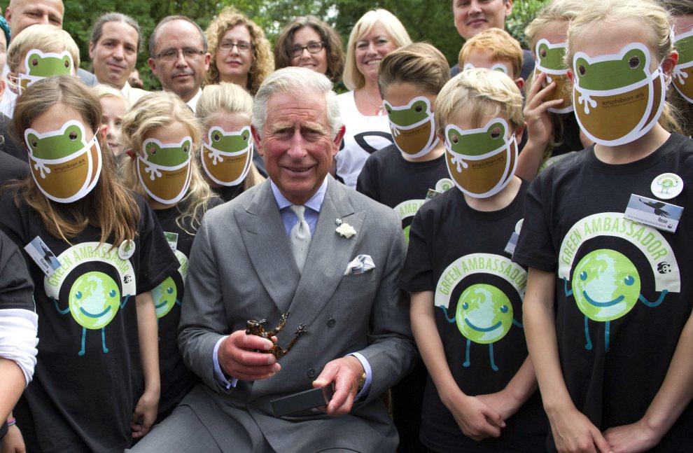 4.WIELKA BRYTANIA, Tetbury, 5 lipca 2012: Książę Walii, prezydent WWF-UK, pozuje do zdjęcia z wolontariuszami. AFP PHOTO/   POOL/Arthur Edwards