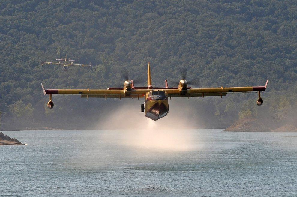 4.HISZPANIA, Boadella d'Empordà,  24 lipca 2012: Samoloty nabierające wodę z jeziora. AFP PHOTO / REMY GABALDA