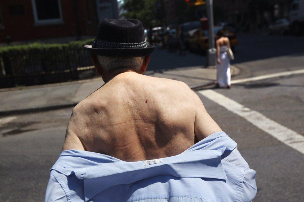 4.USA, Nowy Jork, 21 czerwca 2012: Starszy mężczyzna podczas upału w Greenwich Village. John Moore/Getty Images/AFP