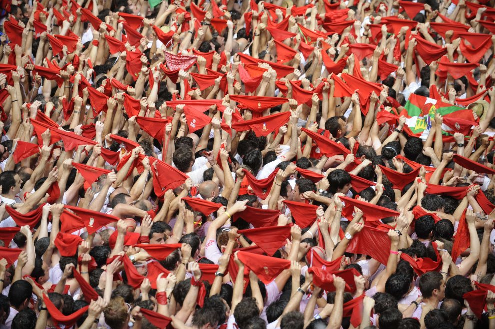 4.HISZPANIA, Pampeluna, 8 lipca 2012: Wiwatujący tłum w centrum Pampeluny. AFP PHOTO / Rafa Rivas