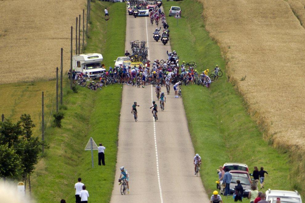 5.FRANCJA, Metz, 6 lipca 2012: Kraksa z udziałem ok. trzydziestu kolarzy, na 26 kilometrów przed końce etapu. AFP PHOTO / LIONEL BONAVENTURE
