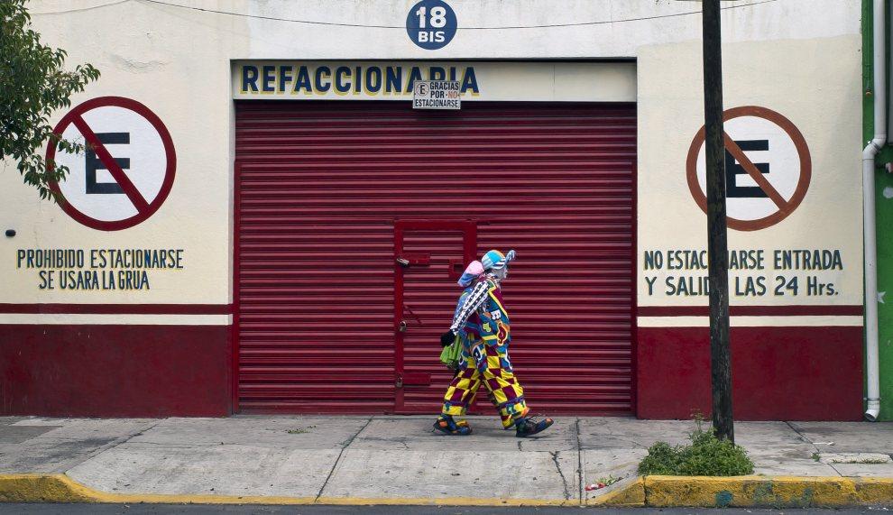 5.MEKSYK, Mexico City, 18 lipca 2012: Uczestnik pielgrzymki klaunów do bazyliki w Gwadelupie. AFP PHOTO/Omar Torres