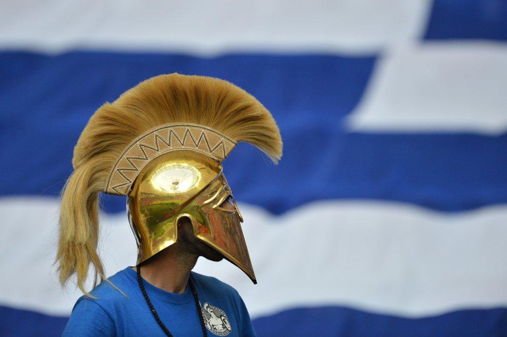 5.POLSKA, Warszawa, 16 czerwca 2012: Grecki kibic przed rozpoczęciem meczu jego reprezentacji z Rosją. AFP PHOTO / GABRIEL BOUYS