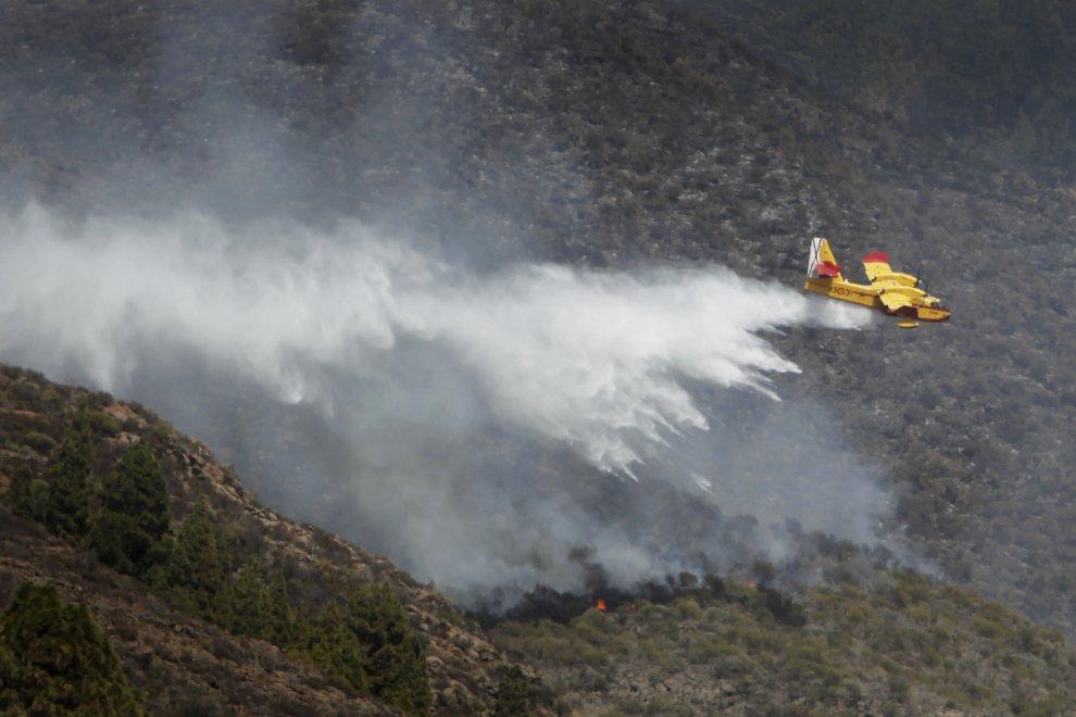 5.HISZPANIA, Teneryfa, 19 lipca 2012: Zrzut wody z samolotu w okolicy Guia de Isora. AFP PHOTO/Desiree Martin