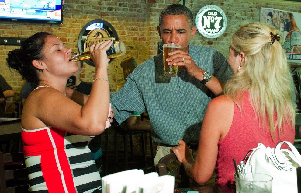 5.USA, Amherst, 5 lipca 2012: Barack Obama pije piwo w Ziggy's Pub w trakcie niezapowiedzianego postoju w Ohio. AFP PHOTO/Jim Watson