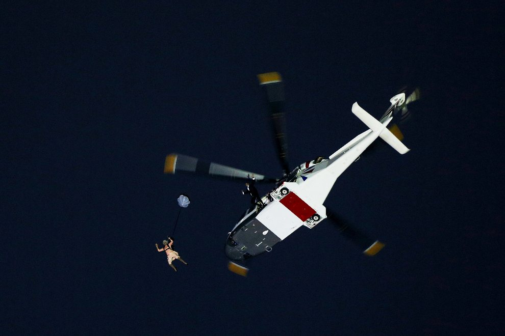 5.WIELKA BRYTANIA, Londyn, 27 lipca 2012: Kaskaderzy w stroju królowej Elżbiety II i Jamesa Bonda wyskakuje z helikoptera. (Foto: Cameron Spencer/Getty Images)