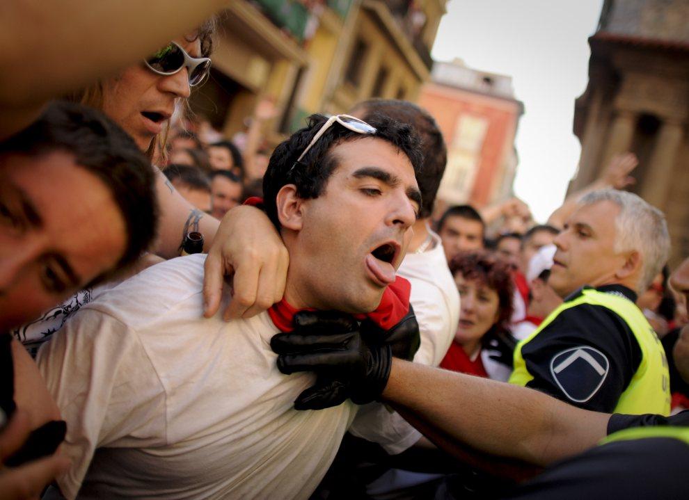 6.HISZPANIA, Pampeluna, 6 lipca 2012: Przepychanki w trakcie przemarszu spod ratusza do pobliskiego kościoła. AFP PHOTO / PEDRO ARMESTRE